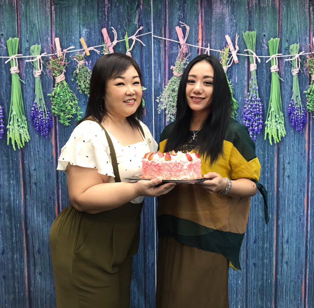 高慧君(右)加入新經紀公司,同門師姊廖慧珍特地送上蛋糕迎接。圖/艾迪昇傳播提供