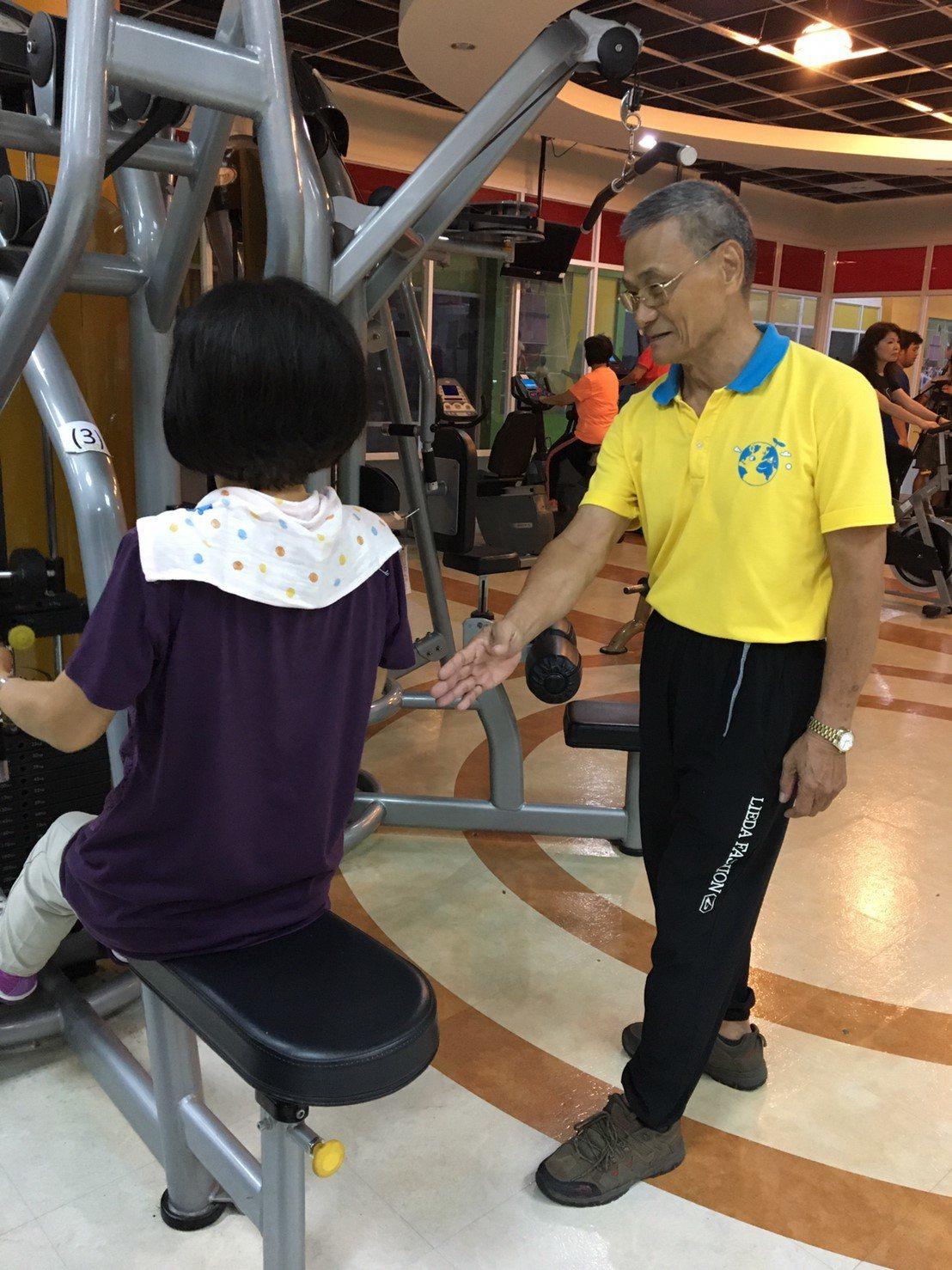 76歲高齡指導員攜手大學生 偏鄉健身房助長輩健康