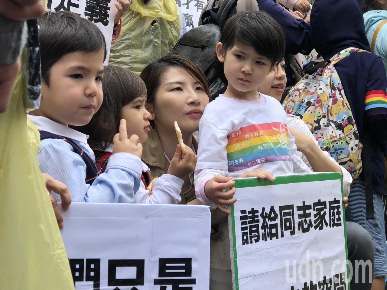 台灣現行法令規定單身可收養小孩,法蘭克是全台首位收養小孩的單身男性。圖為同志家庭...