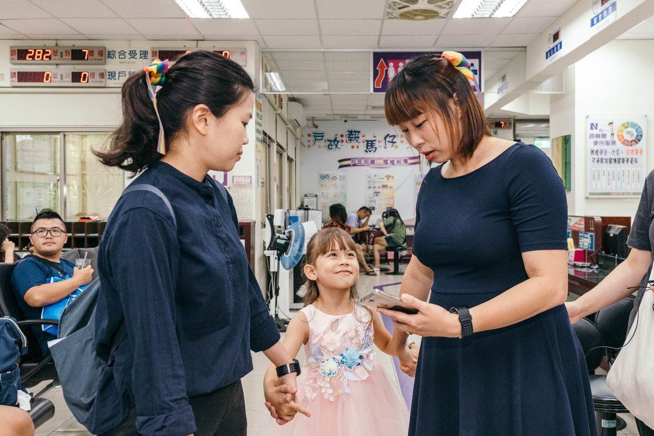 女同志Jovi(右)與伴侶和孩子,亟待合法權益。圖/桃園市長鄭文燦辦公室提供