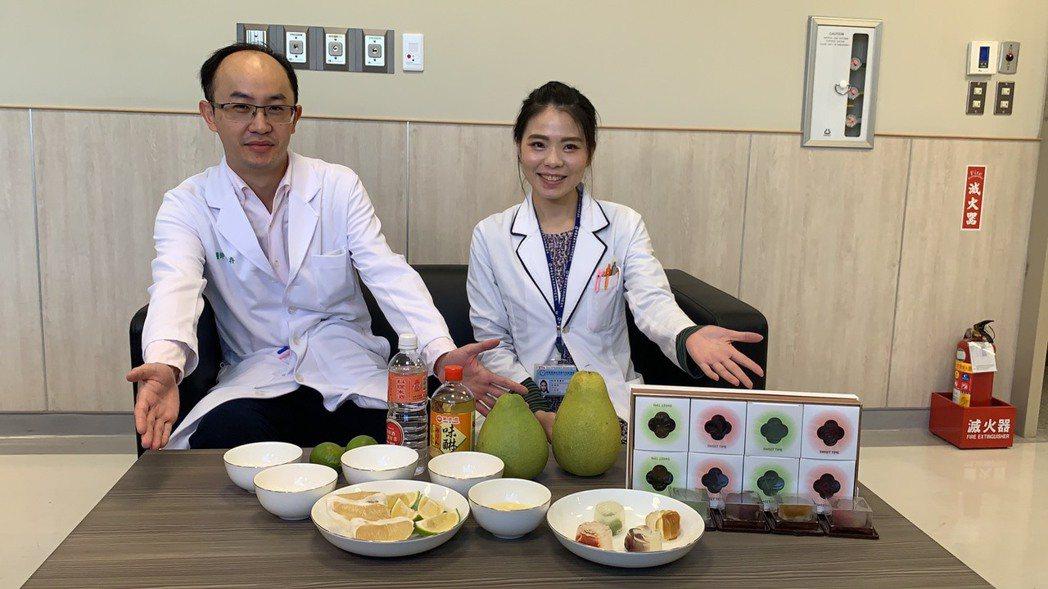 消化科醫師陳柏存(左)和營養師王依屏(右)提醒慢性腎臟病友謹記「4低原則」,並建...