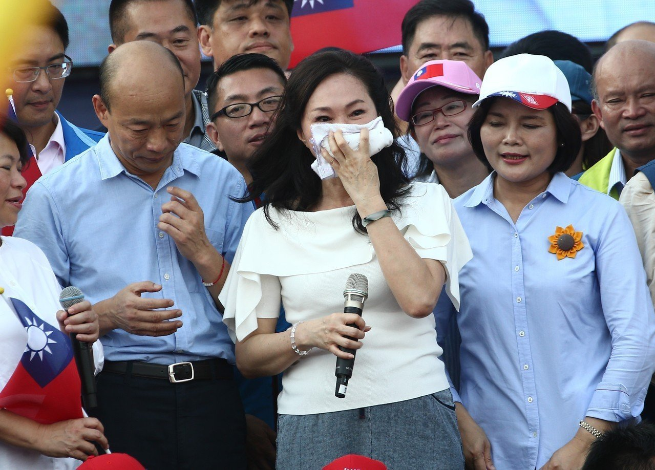 高雄市長韓國瑜(左)和妻子李佳芬(中)。聯合報系資料照片