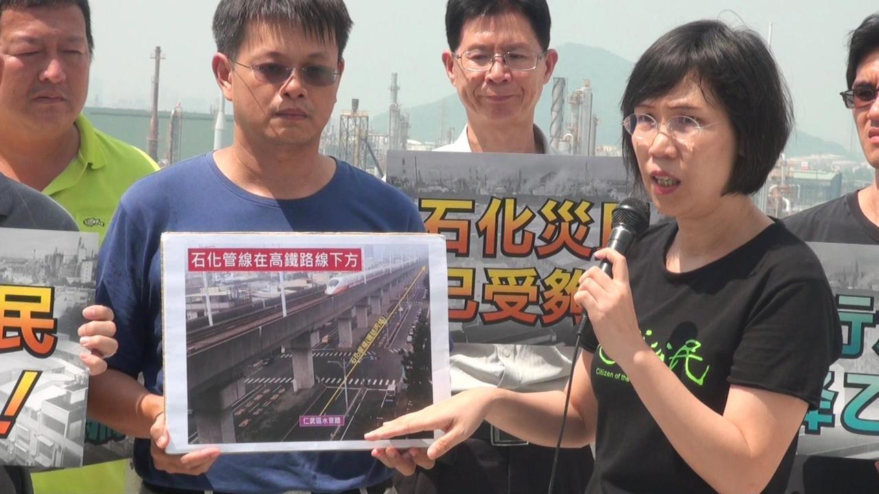 地球公民基金會副執行長王敏玲(左四)指鄰近大社區的仁武水管路,地底仍有輸送原料的...