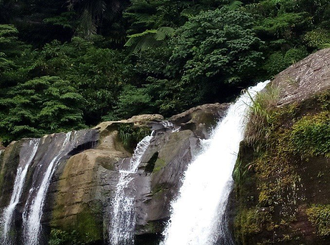 基隆河流域第二大簾幕型瀑布「嶺腳石窟大瀑布」,從巨大的石壁直瀉而下的壯觀景色,吸引不少民眾前往。圖/新北市水利局提供