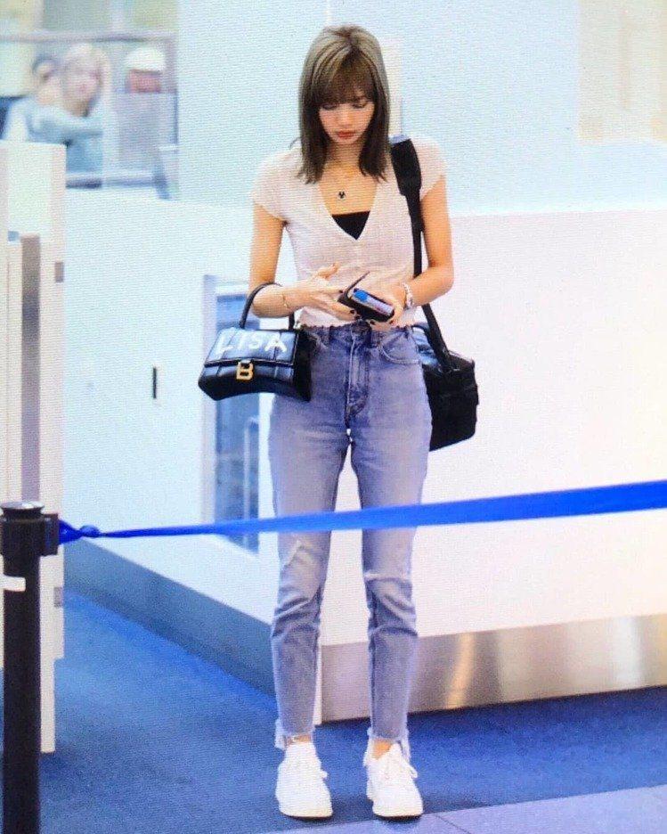 韓國女團Blackpink成員Lisa就多次被拍到拎著塗上自己名字的沙漏包。圖/...