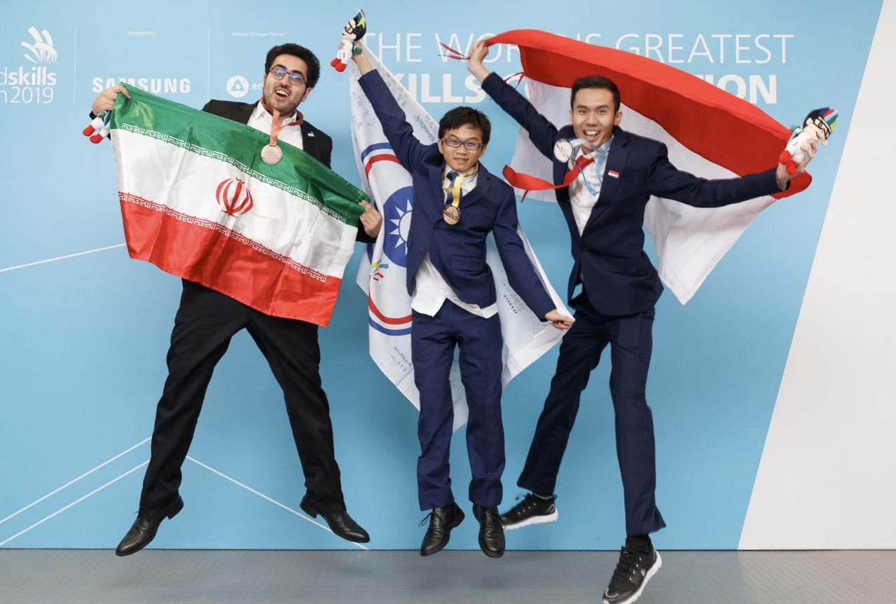 「資訊技術」塗家和(中)在第45屆國際技能競賽一舉奪金,該職種換內容後,台灣已經...