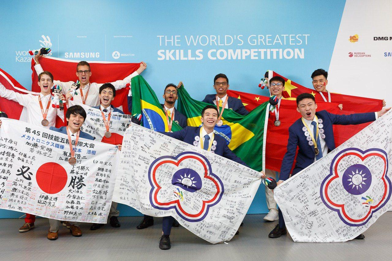 機電整合宋承勳(前右2)與闕伯陽(前右1)拿下國際金牌。圖/雲嘉南分署提供