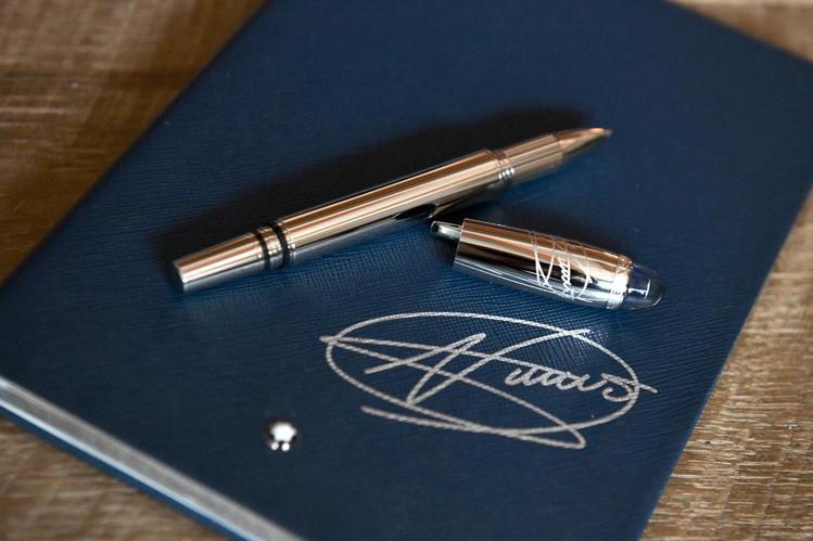萬寶龍星際行者系列特別款限量書寫工具及筆記本,皆有喬科維奇簽名,價格電洽。圖/萬...