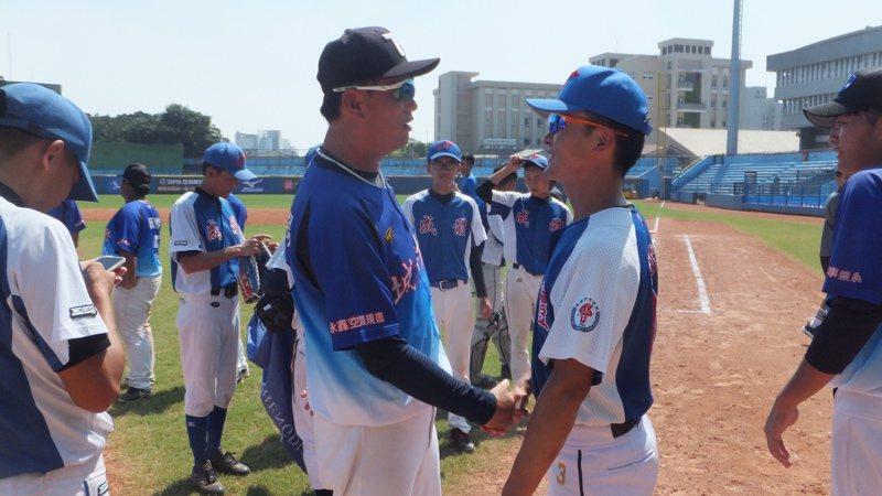 城市科大總教練曹竣崵(左)、成都體院教頭羅云洋賽後握手,期待以後還有機會交流。記者藍宗標/攝影
