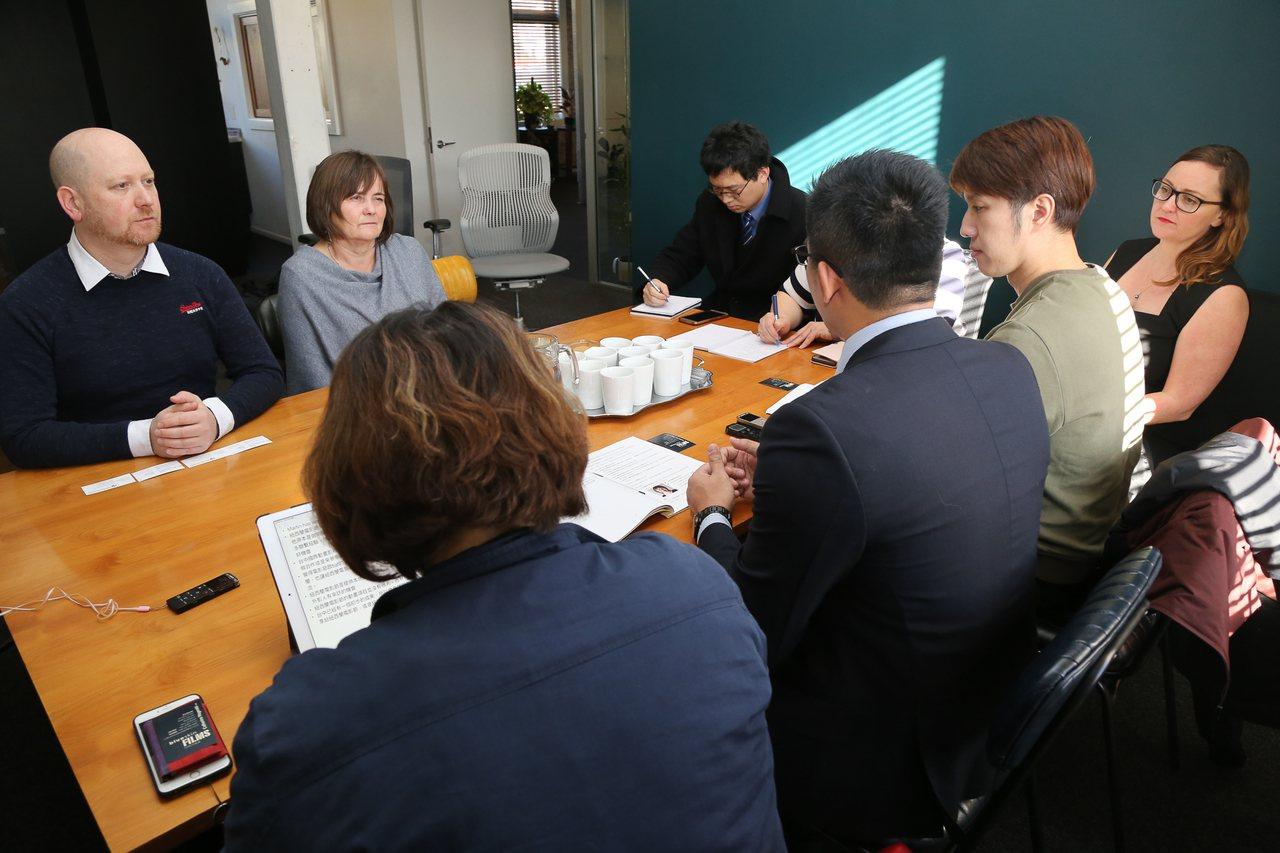 台中市新聞局與紐西蘭國際電影節主席洽談合作事宜。圖/台中市新聞局提供