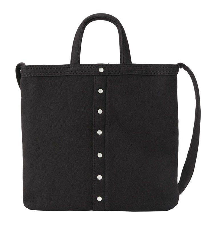 黑色厚棉布手提肩背兩用包,5,280元。圖/agnè s b.提供