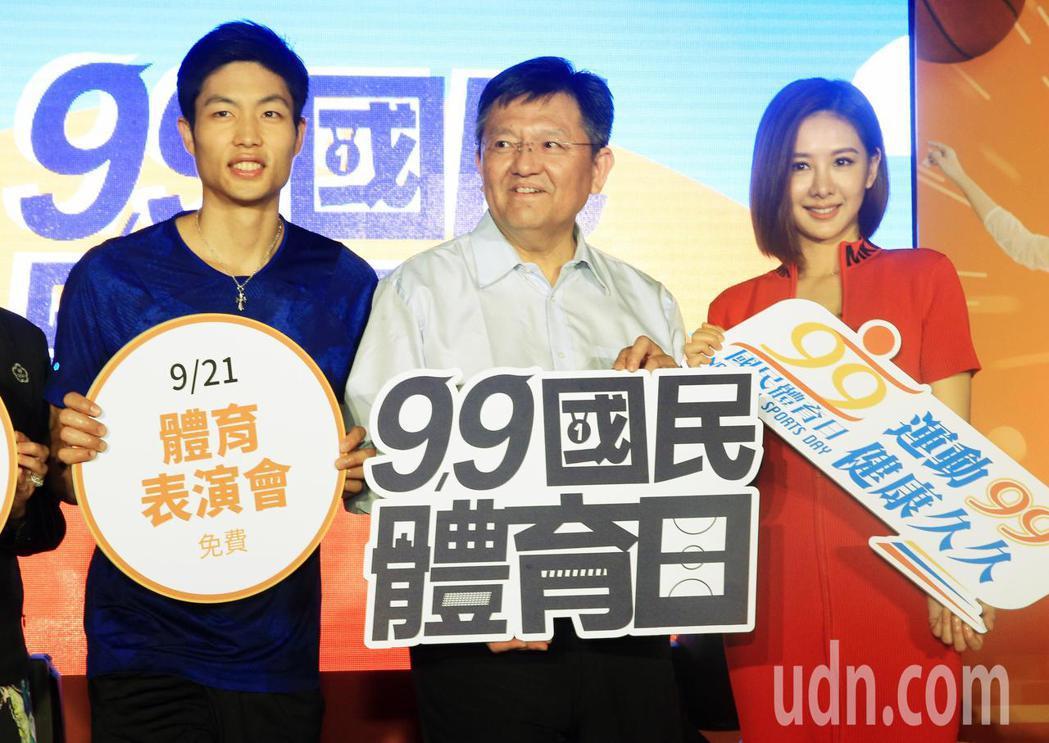 體育署副署長林哲宏(中)、羽球一哥周天成(左)與藝人安心亞(右)下午一同宣傳國民...