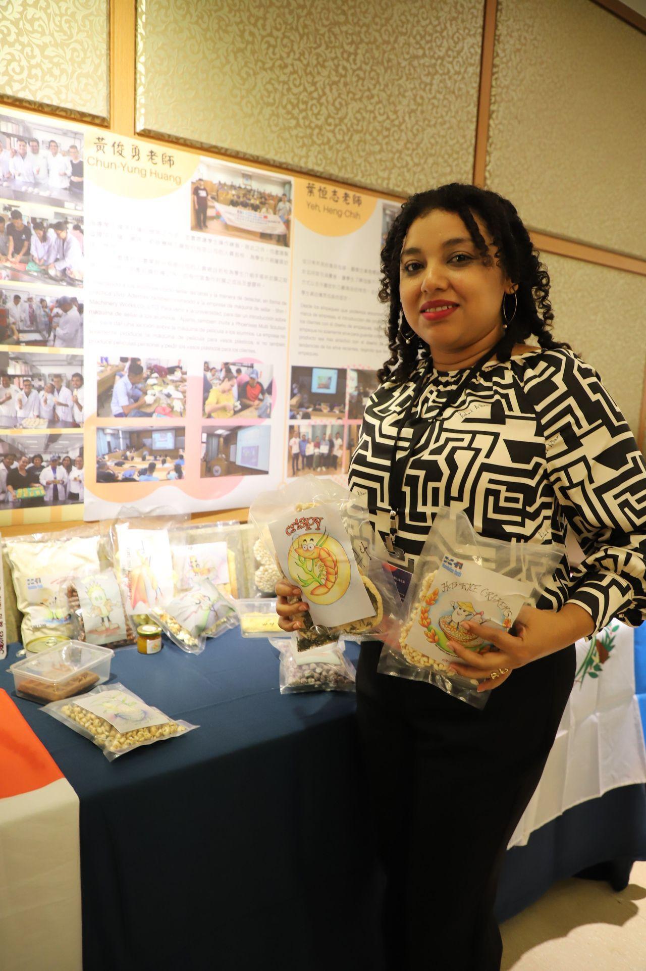 貝里斯的學員Alma Rosa Carcamo展示學習成果。記者王昭月/攝影