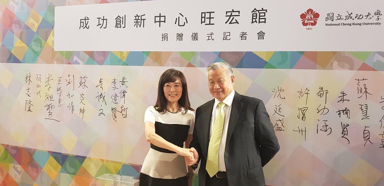旺宏電子董事長吳敏求(右)捐贈4.2億元給國立成功大學,興建「成功創新中心─旺宏...