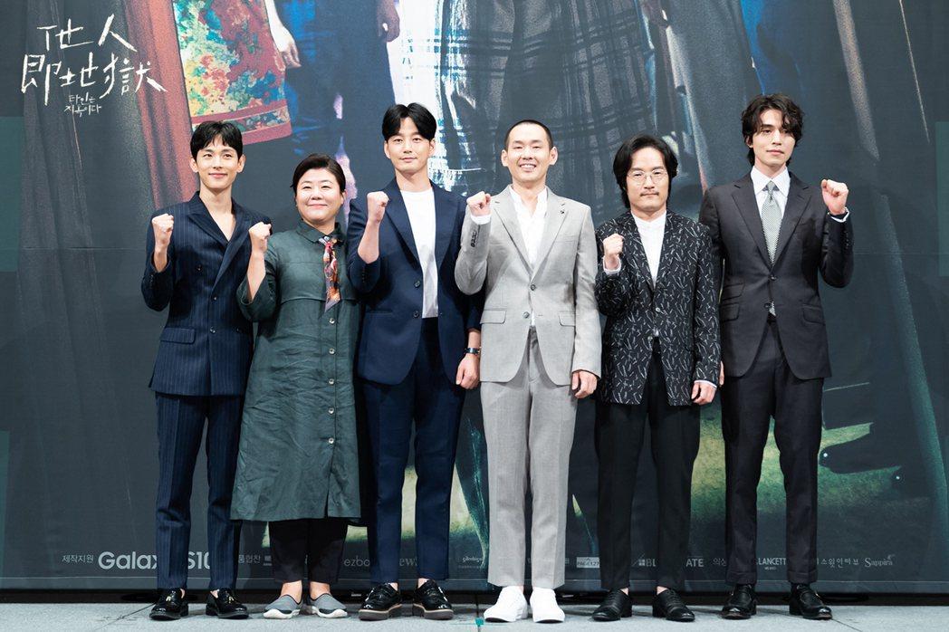 韓劇「他人即地獄」今天舉辦發佈記者會,任時完(左起)、李姃垠、李賢旭、朴鍾煥、李