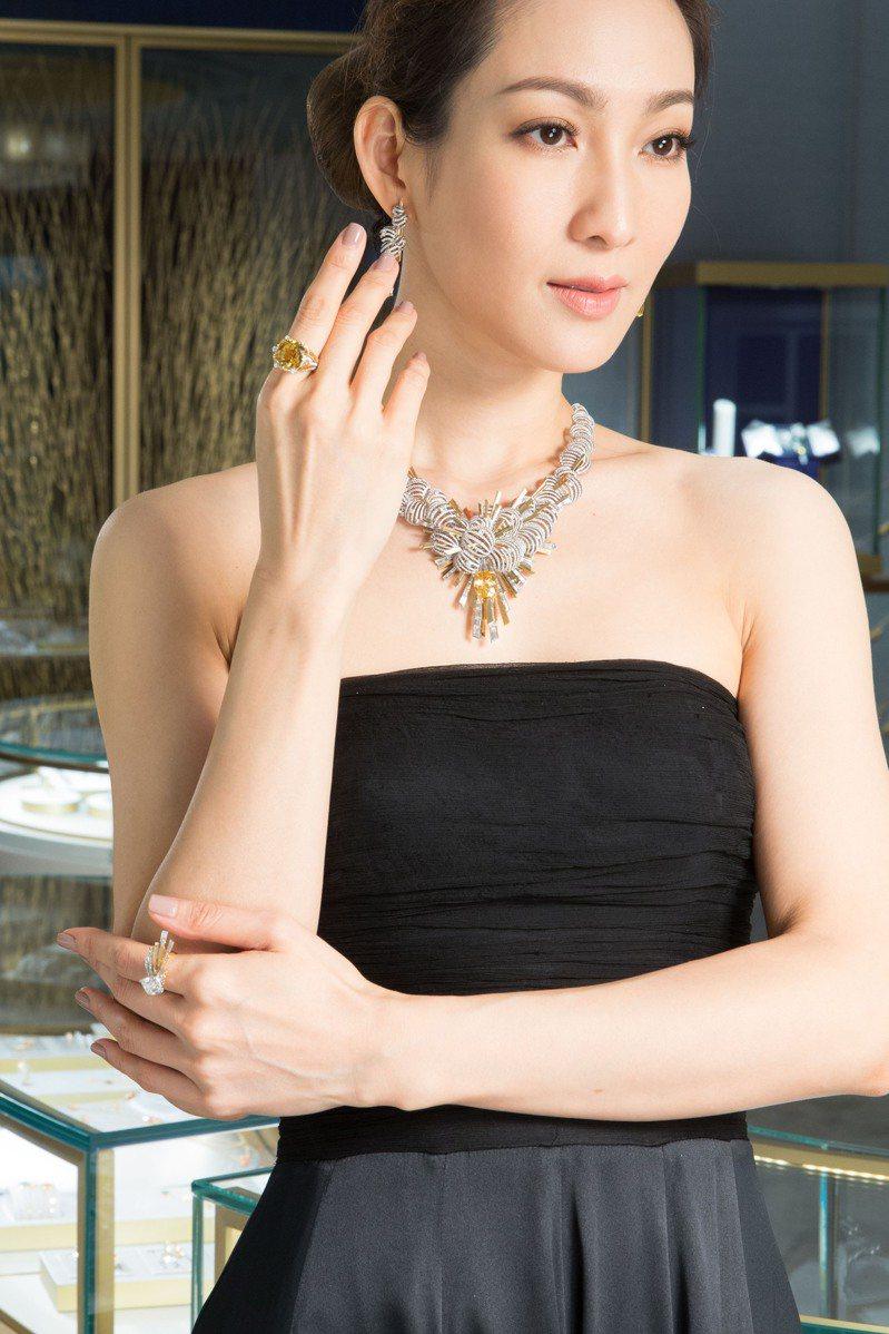 名模詮釋Nuages Dor 18K白金項鍊約3,100萬元,及Nuages Dor 18K白金戒指約2,500萬元。圖/Chaumet提供