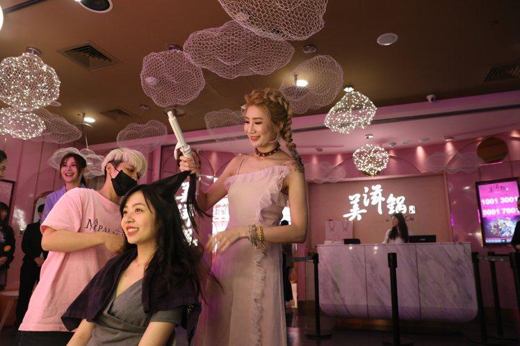 開幕期間特別邀來明星御用髮型師miyake團隊親自為顧客提供美髮造型,指定用餐時...