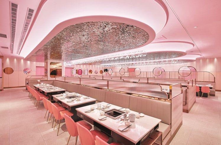 美滋鍋來台首店進駐ATT 4 FUN,270坪粉紅夢幻的空間專為女性量身打造。圖...