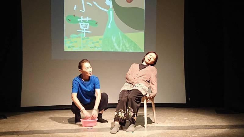 家庭照顧者舞台劇「小草」今天下午舉行成果展,由15名家庭照顧者,經過12周戲劇工坊編劇、排練,每個人的照顧故事都是一小塊拼圖碎片,拼湊出屬於家庭照顧者的舞台劇世界。記者陳婕翎/攝影