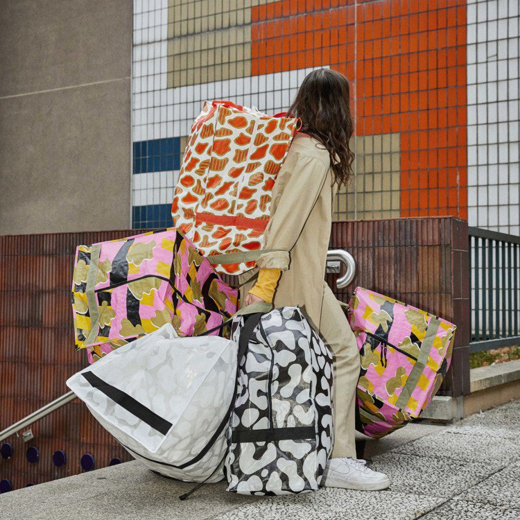 OMBYTE提袋擁有大容量且堅固耐用,搬家過程也能時尚不狼狽。圖/IKEA提供