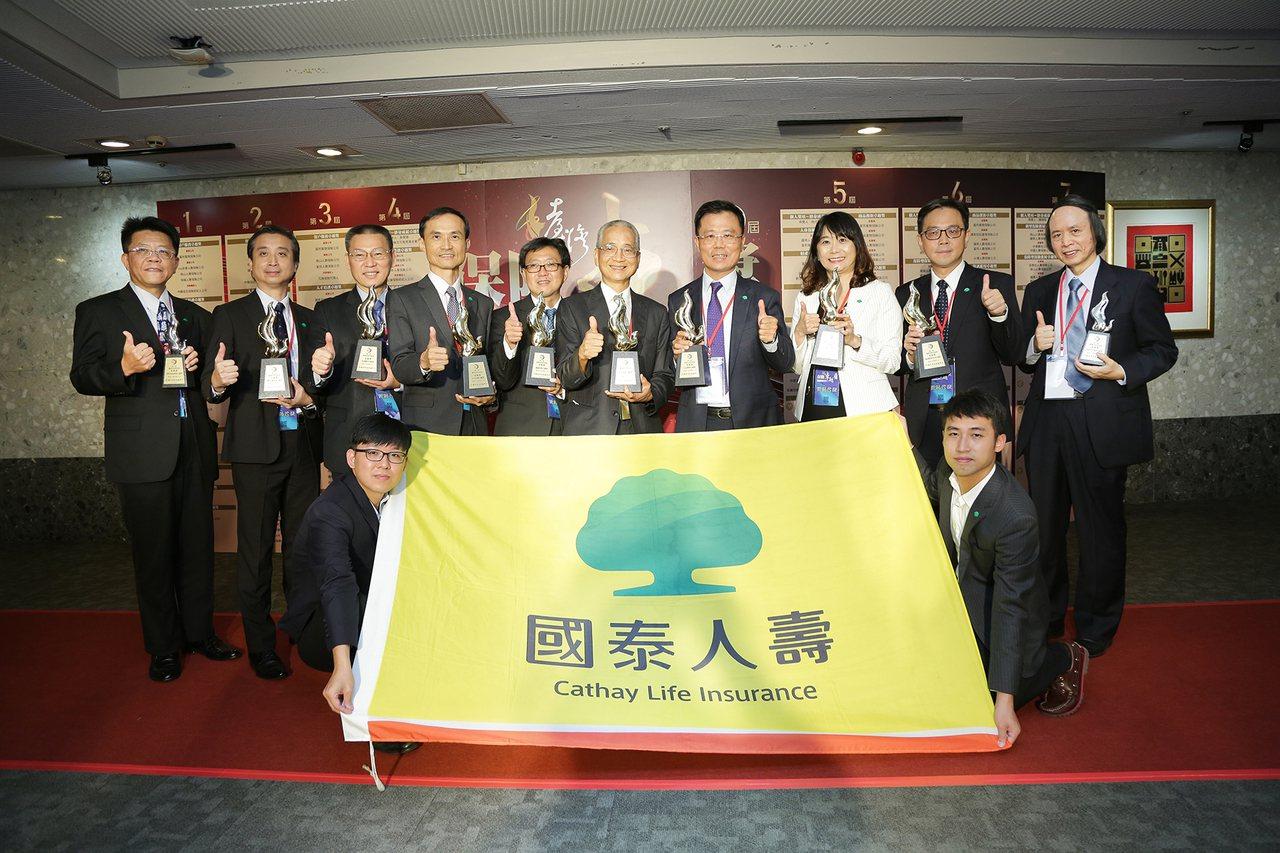 得獎常勝軍國泰人壽在今年保險卓越獎獲頒九項獎項,其中國壽董事長黃調貴(右五)獲得...