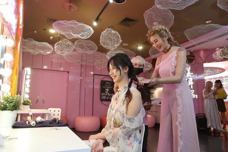為慶祝開幕,指定時段用餐,就可免費獲得知名美髮師Miyake的現場美髮造型服務。...