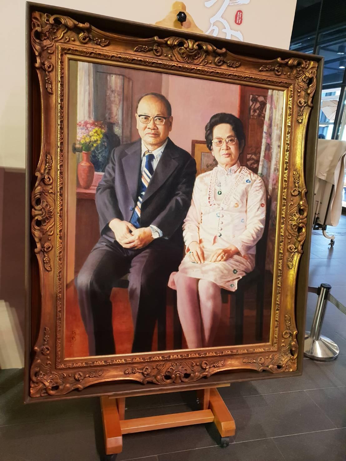 許鴻源夫妻的肖像畫,是前輩畫家李梅樹所繪。記者陳宛茜/攝影