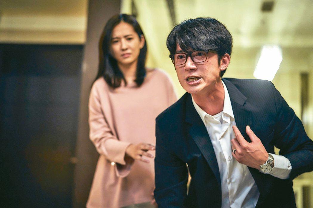 吳慷仁(右)在「我們與惡的距離」飾演法扶律師,拿到角逐視帝資格 。 圖/公視提供