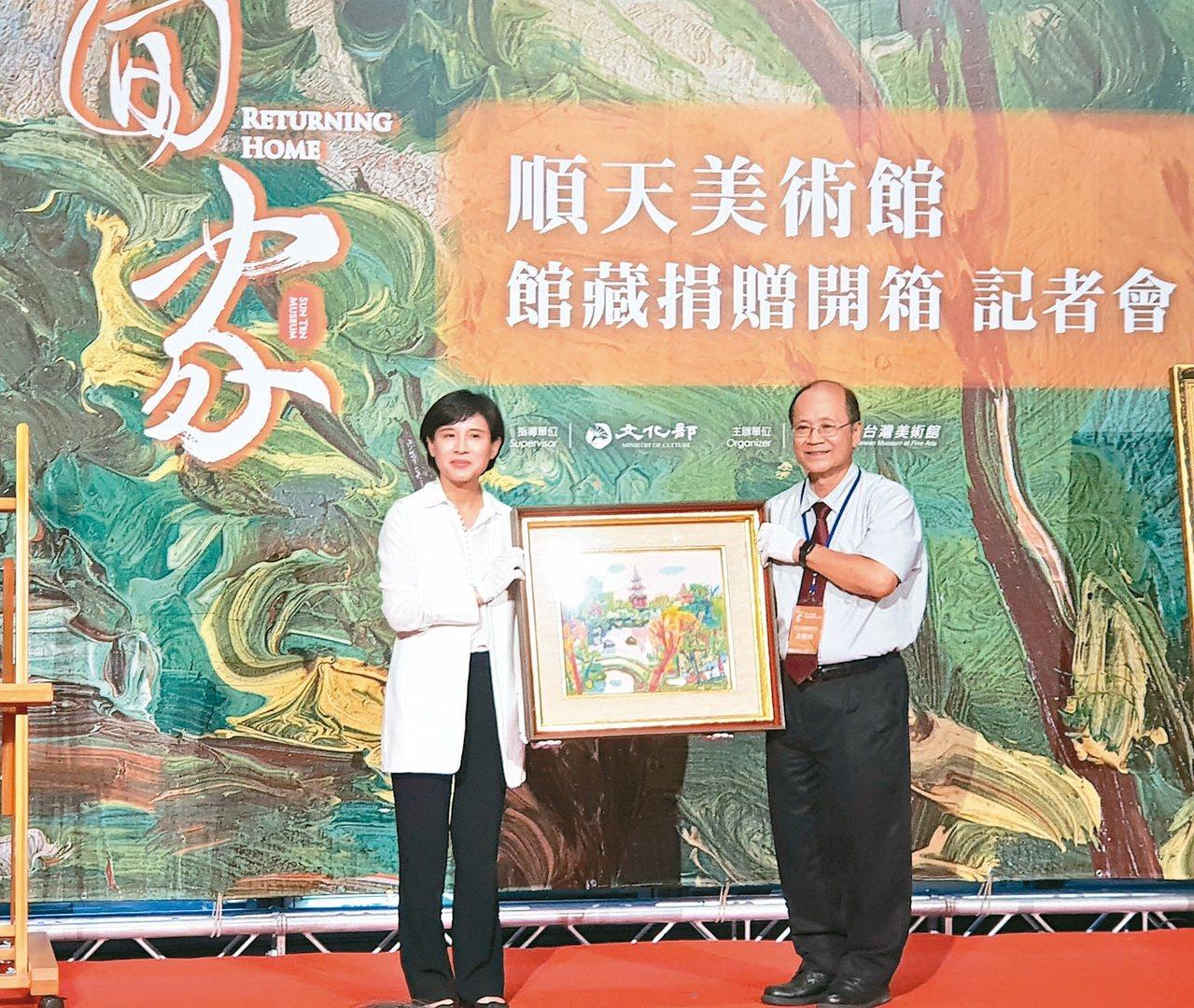 文化部部長鄭麗君(左)和順天美術館董事長許照信合影。 記者陳宛茜/攝影