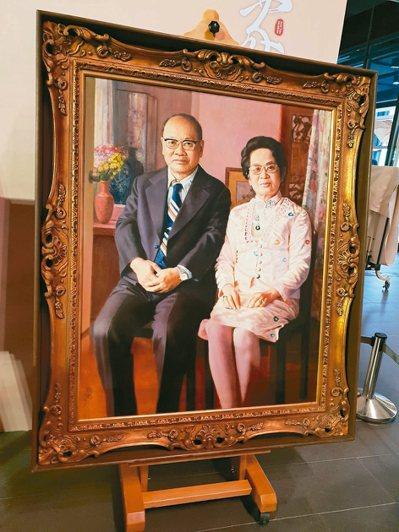 李梅樹所繪順天堂藥廠創辦人許鴻源夫妻畫像。 記者陳宛茜/攝影