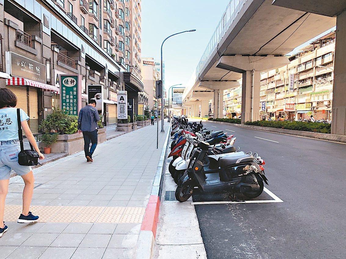 捷運環狀線第一階段年底通車,沿線人行道更新工程長度約22.5公里,目前剩4.2公...