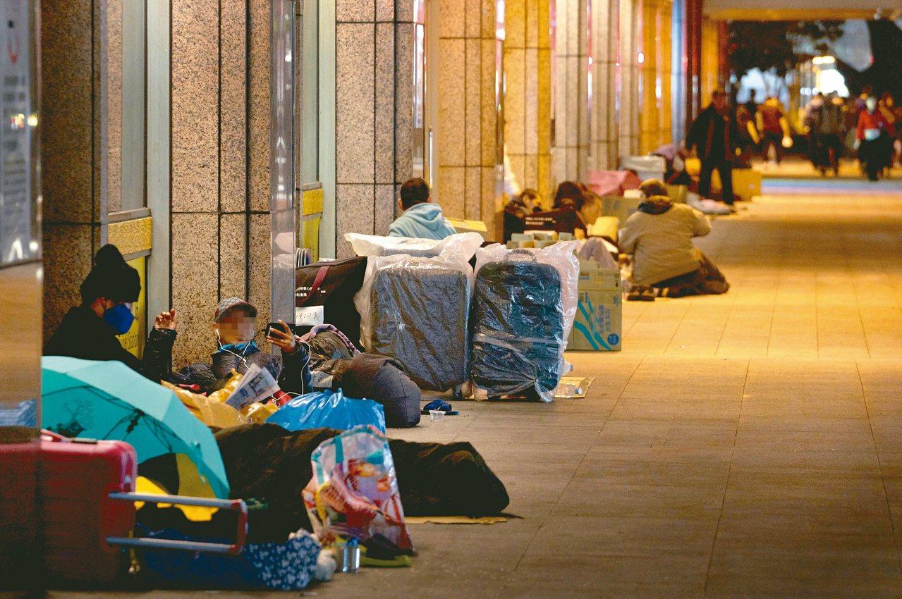 全台最繁華的台北市,入夜後台北車站四周走道上卻可見滿是露宿街頭的街友。 記者李隆...