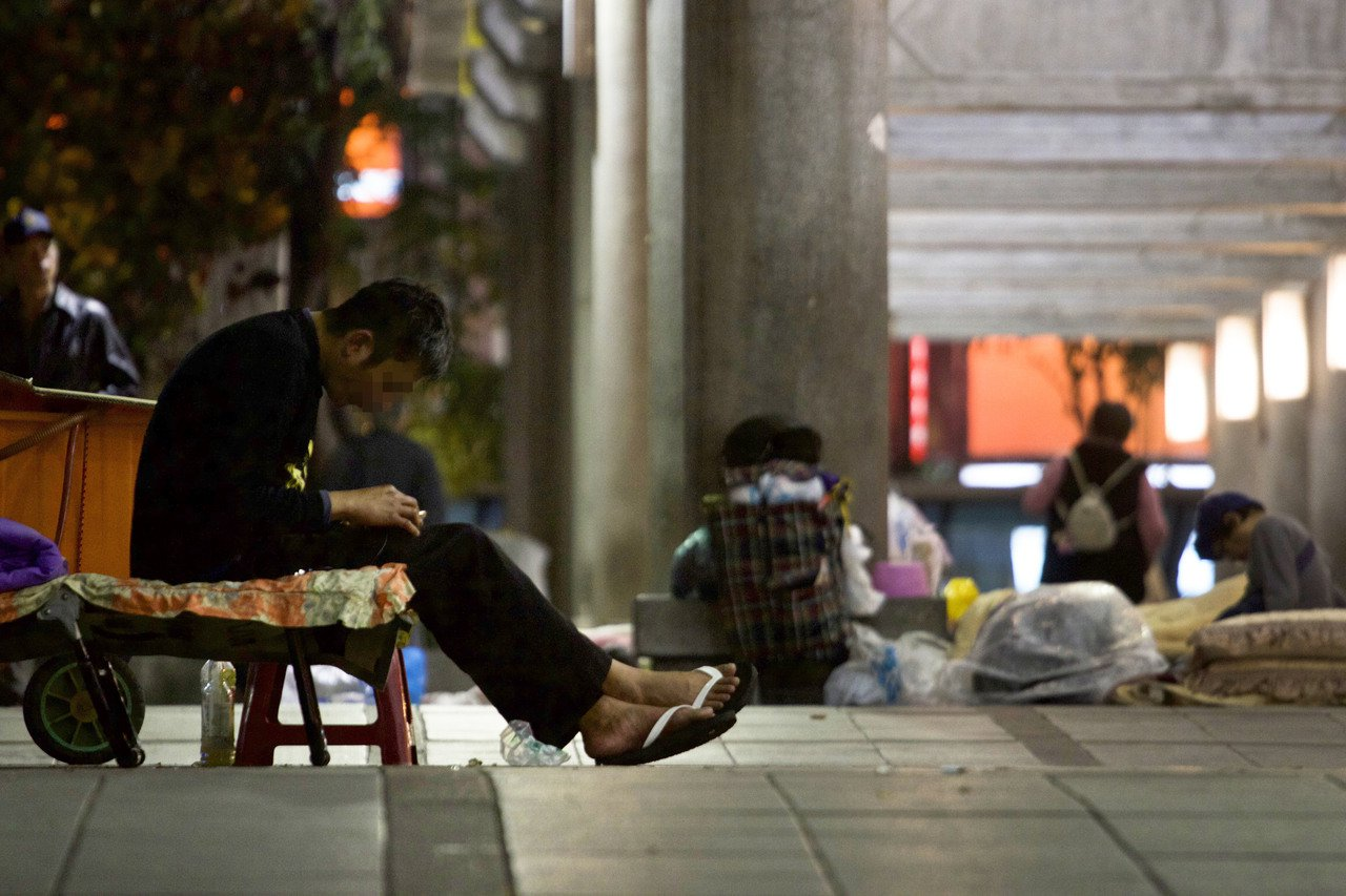 台北市萬華區艋舺公園每到晚上就有許多街友出現。記者李隆揆/攝影