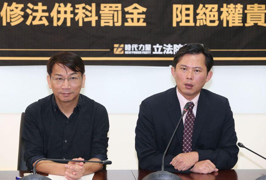 時代力量前黨主席黃國昌(右)與現任黨主席徐永明(左)。 圖/聯合報系資料照片