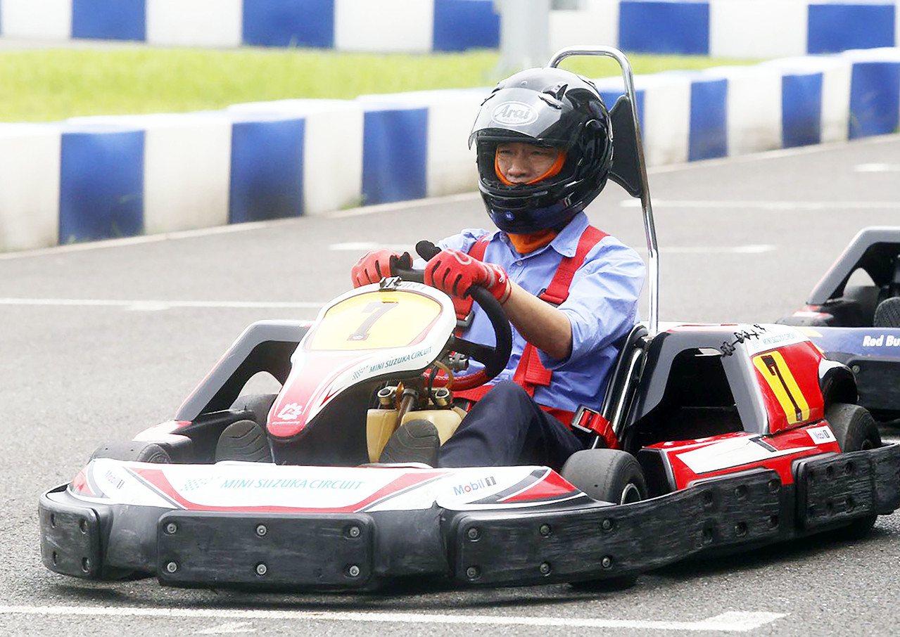 高雄市長韓國瑜上午參加國際網紅記者會,並親自下場試開賽車。記者劉學聖/攝影