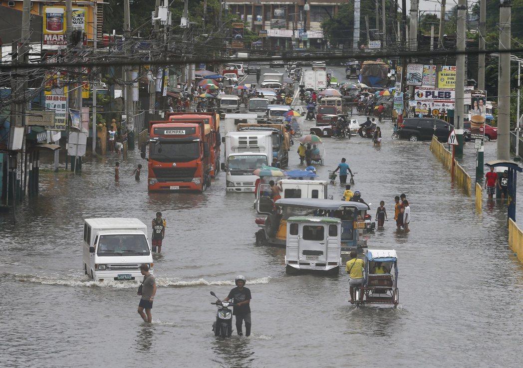馬尼拉原本就地勢低窪,又面臨地層下陷問題,遇上大雨或颱風很容易淹水。 (歐新社)
