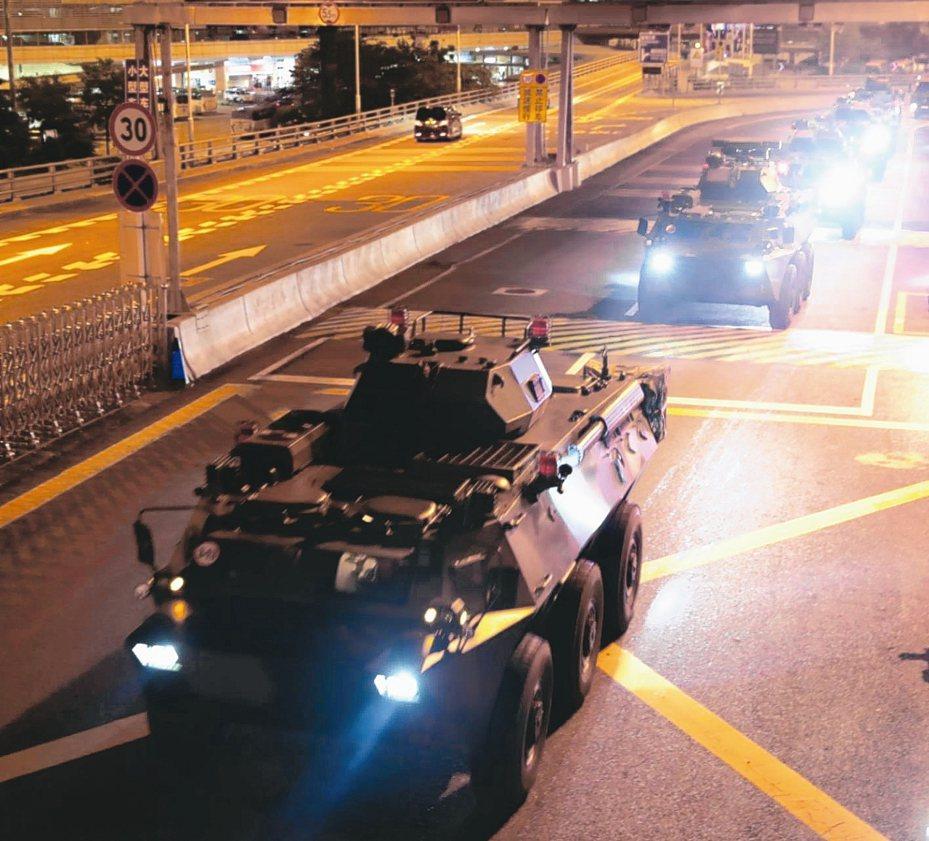 中共解放軍駐香港部隊29日凌晨進行第22次輪換行動,大量解放軍軍車出現香港街頭一度引發關注。圖為解放軍輪換陸軍部隊通過皇崗口岸。 新華社