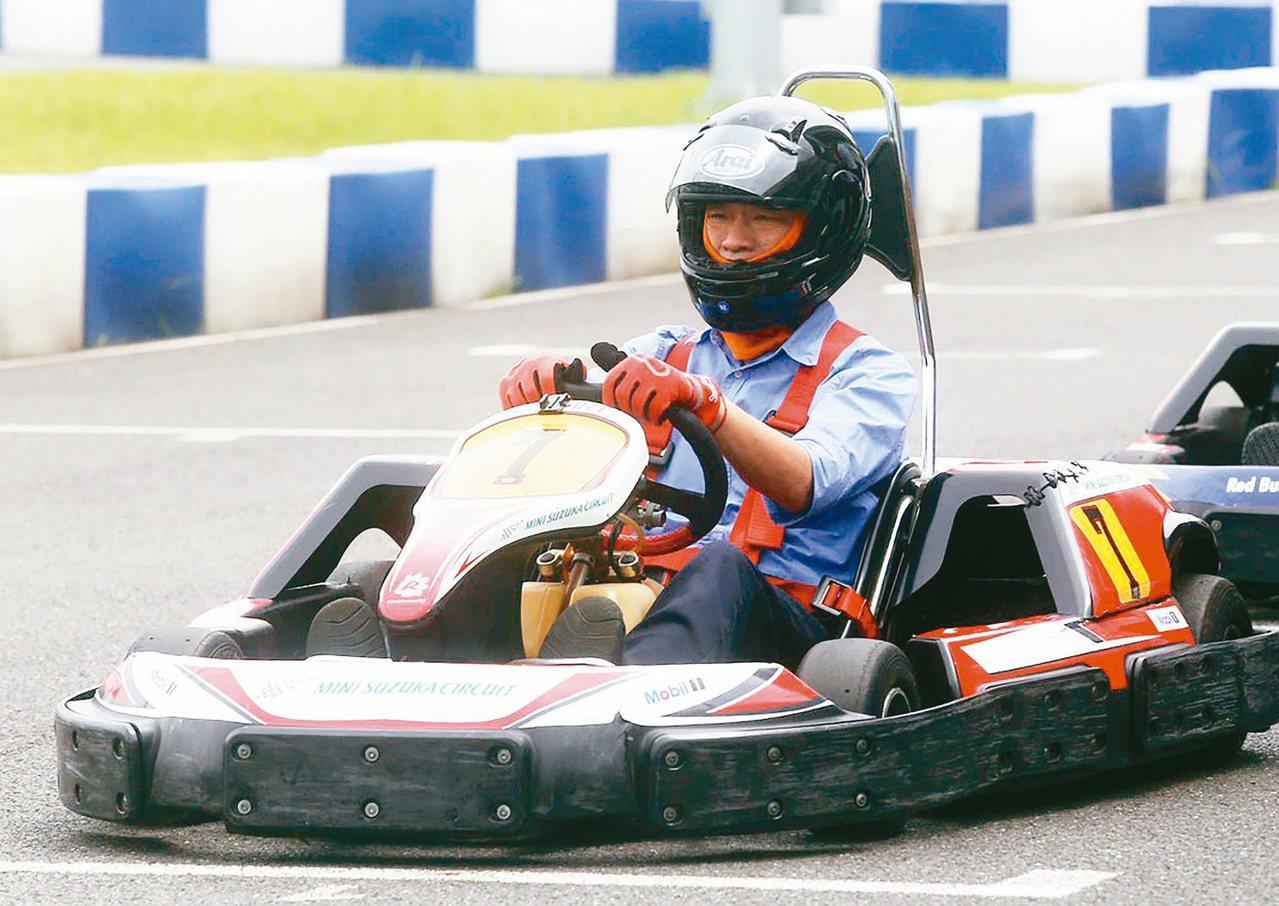 高雄市長韓國瑜上午參加國際網紅記者會,並親自下場試開賽車。 記者劉學聖/攝影