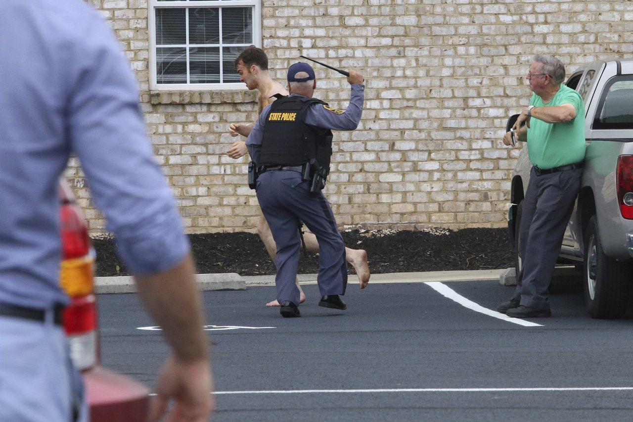 伯納德被捕時全身赤裸在大街上奔跑,最終警員用胡教噴霧將他制服。 美聯社