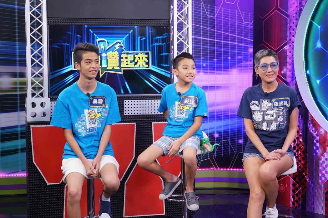 哥哥吳震(左起)、吳比、媽媽羅茵如,回台後的第一個電視深度專訪,就獻給狼谷競技台...
