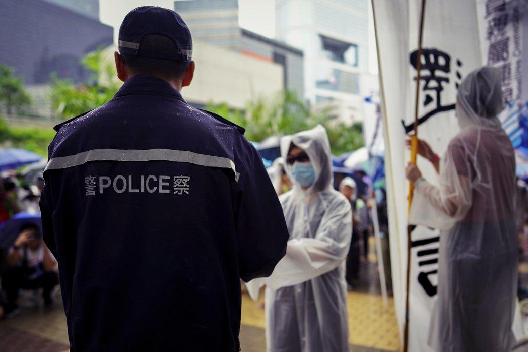 越是憤怒仇恨於警察的暴力執法,越要記得:他們也只是受政權與制度擺佈, 唯一的對抗...