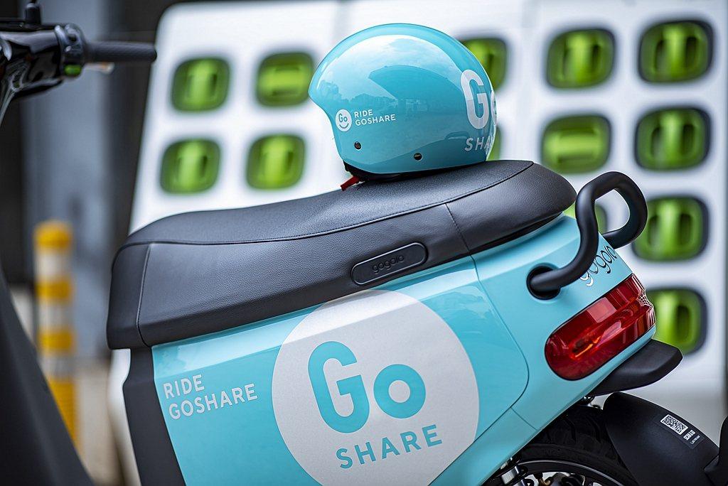 車廂內配置一頂3/4罩、一頂1/2半罩式安全帽、可分解材質的拋棄式帽套供消費者免...