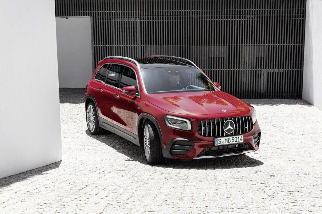 全新Mercedes-AMG GLB 35 4MATIC採用AMG專屬的直瀑式水...