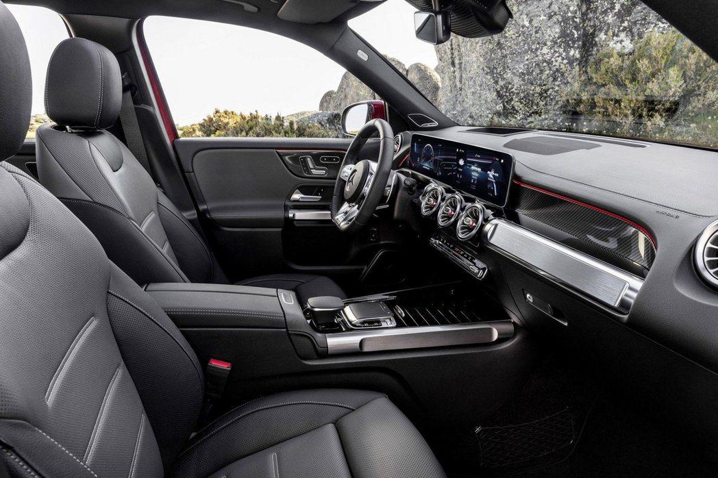 全新Mercedes-AMG GLB 35 4MATIC 內裝多了紅色元素妝點。...