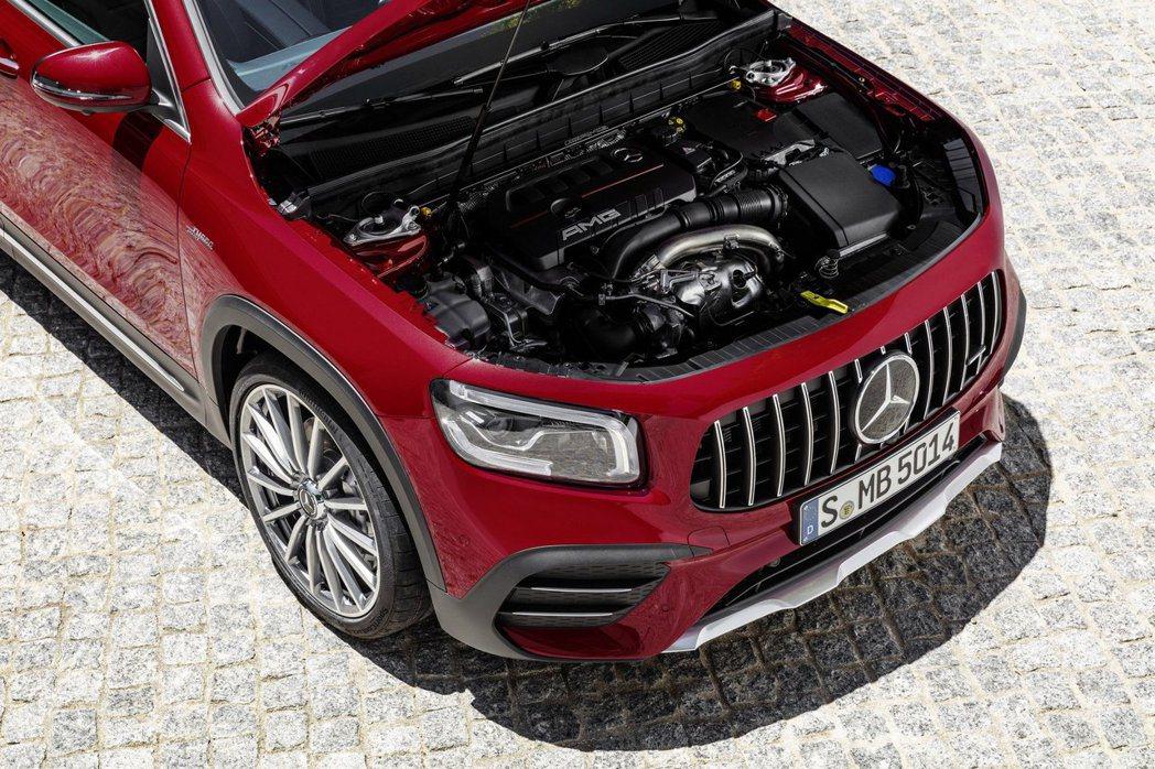 全新Mercedes-AMG GLB 35 4MATIC搭載2.0升直列4缸渦輪...