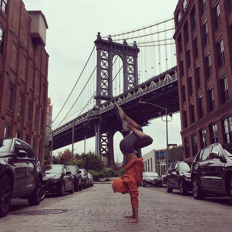 無人的街道,就是Tara的最佳伸展台。圖片來源:instagram@tarast...