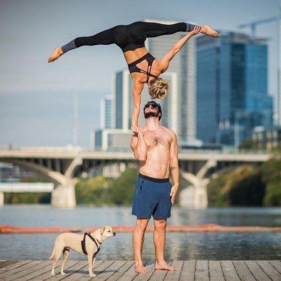 Chelsey的雙人瑜伽動作總是讓人驚艷。圖片來源:instagram@chel...