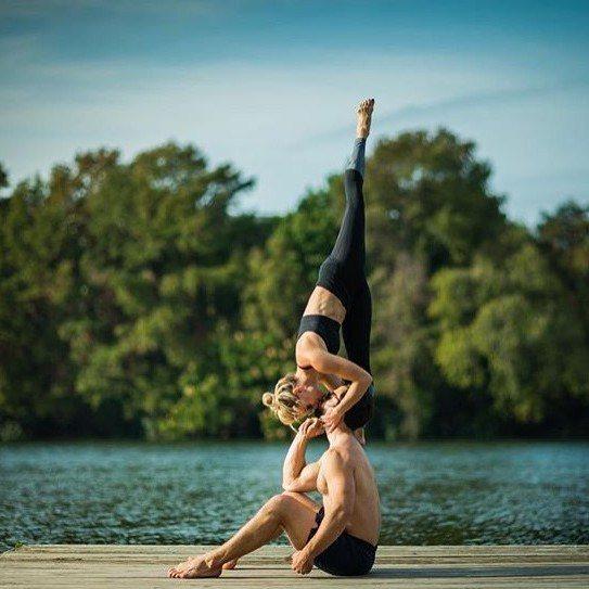 身材精實的她,總是不斷挑戰各種雙人瑜伽姿勢。圖片來源:instagram@che...
