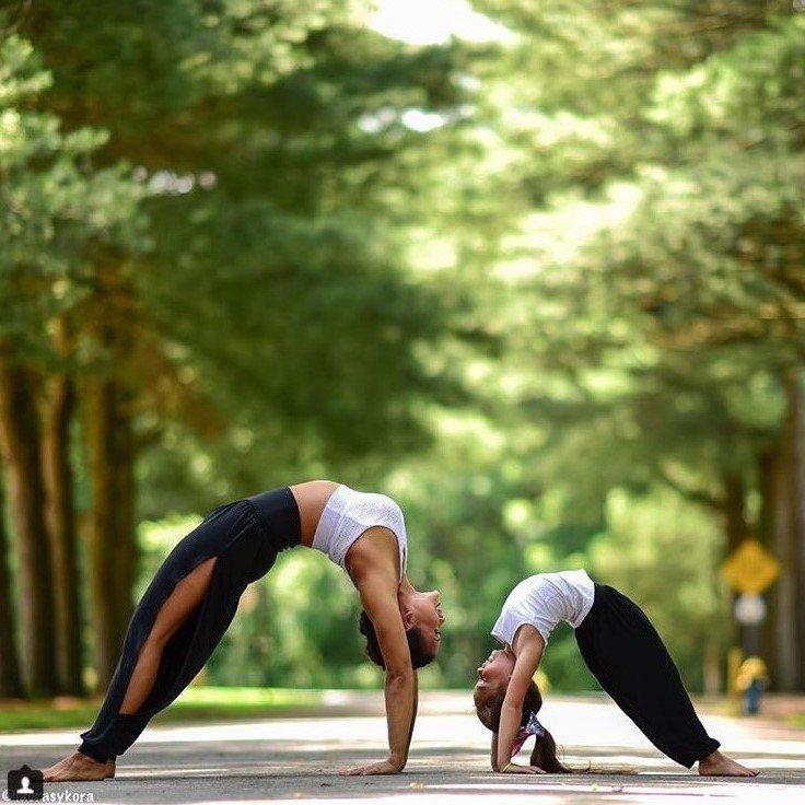 和女兒一起練瑜伽,發現不同的樂趣。圖片來源:instagram@laurasyk...