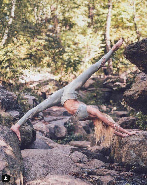「吉普賽女神」Caitlin熱愛旅行,常常在戶外展現高超的瑜伽技巧。圖片來源:女...